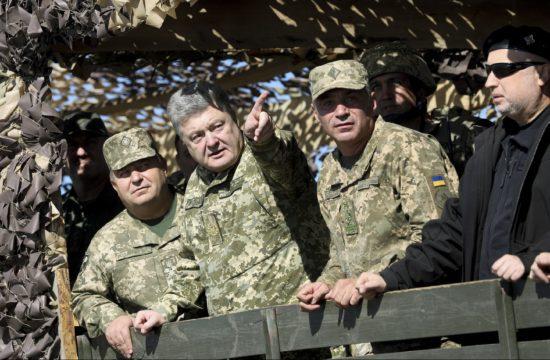 Petro Porosenko egy Mariupol közeli településen katonai vezetők és a védelmi miniszter társaságában egy hadgyakorlaton 2018. október 12-én #moszkvater
