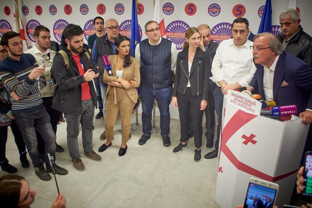 Grigol Vasadze sajtótájékoztatója a grúziai parlamenti választást követő hajnalon Tbilisziben 2018. október 29-én #moszkvater