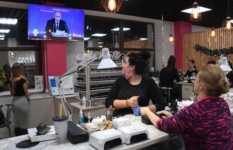 Egy vlagyivosztoki szépségszalon vendégei és az alkalmazittak nézik a televízión keresztül Vlagyimir Putyin orosz elnök szokásos éves sajtótájékoztatóját 2018. december 20-án #moszkvater