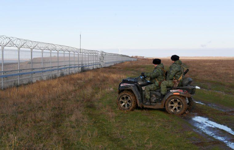 Határőrök járőröznek a krími régióban az orosz-ukrán határon a napokban felhúzott kerítés mentén 2018. december 27-én #moszkvater