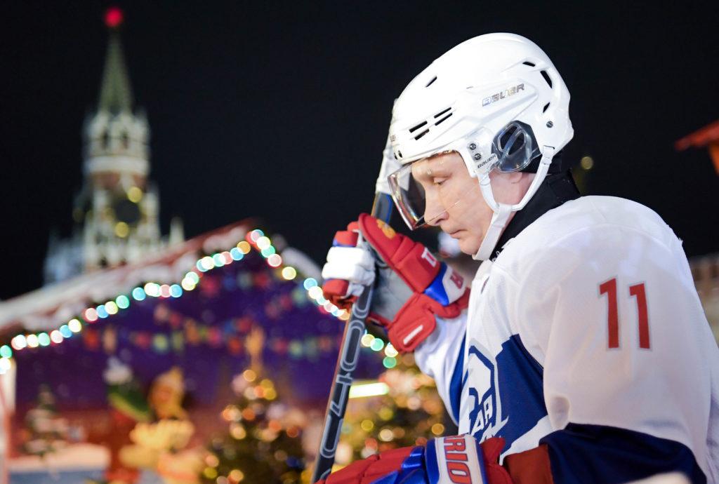 Vlagyimir Putyin orosz elnök a moszkvai Vörös téren tartott éjszakai hokimeccsen 2018. december 28-án Fotó:EUROPRESS/AFP/Sergey Guneev/Sputnik #moszkvater