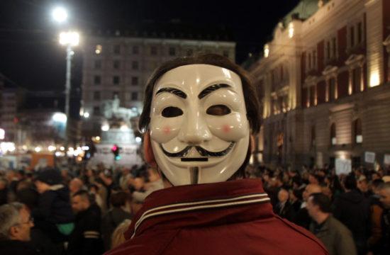 Egy Guy Fawkes maszkot viselő tüntető az Alekszandar Vucsics és kormánya elleni tiltakozáson Belgrádban, 2019. március 23-án Fotó:EUROPRESS/AFP/Alexandar Djorovich/Sputnik #moszkvater