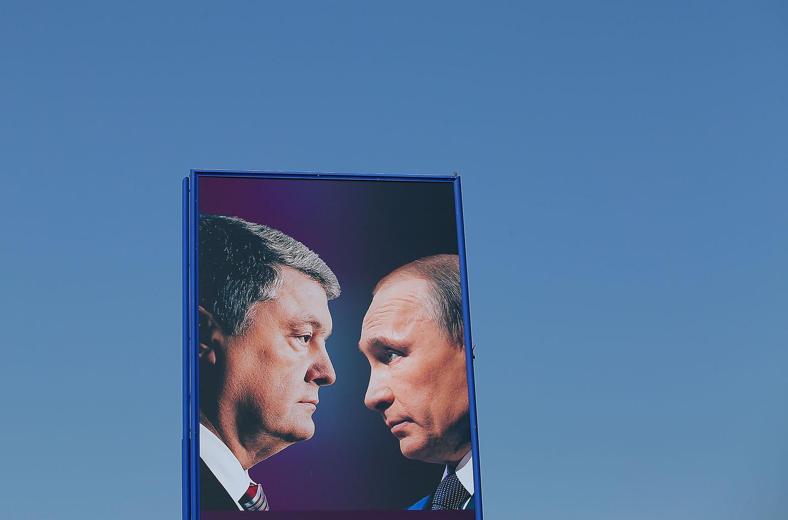 """""""Miközben tehát az ukrán elnök a nyilvánosság előtt """"orosz vért ivott reggelire"""", Putyinnal nagyon is szívélyesen elcsevegett"""" Választási kampányplakát Kijevben 2019-ben #moszkvater"""