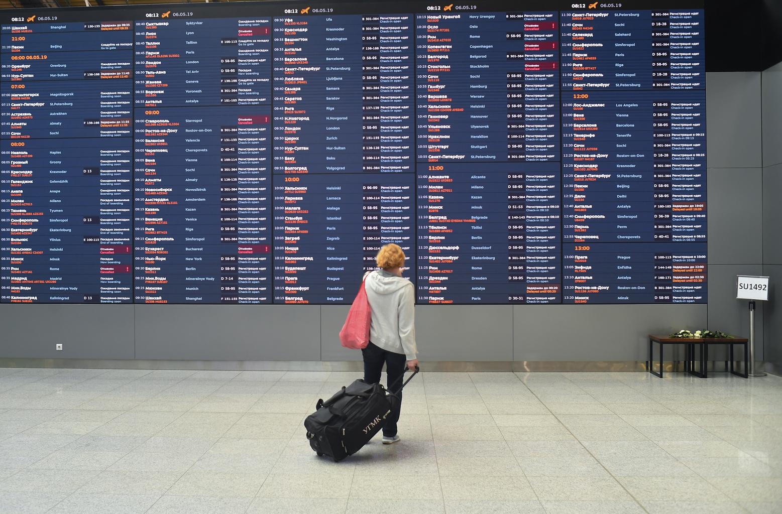 Egy utas áll a Seremetyevo reptér információs táblája előtt #moszkvater
