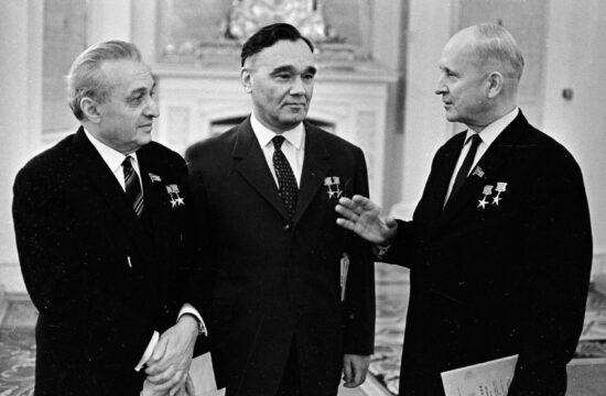 Artyom Mikojan, Alekszandr Jakovlev és Pavel Szuhoj a Szovjetunió Legfelsőbb Tanácsának 7. ülésén 1965. december 7-én #moszkvater