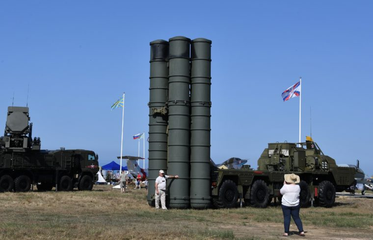 Látogatók az Aviadarts Nemzetközi hadi játékokon orosz S-400-as rakéták előtt a Chauda lőtéren, az oroszországi Krím-félszigeten 2019. május 31-én #moszkvater