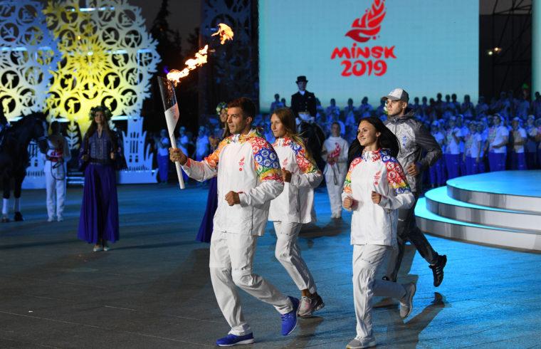 Sportolók vonulnak be egy fáklyával a Belaruszban tartandó Európa Játékok megnyitóján MInszkben, 2019. június 17-én #moszkvater