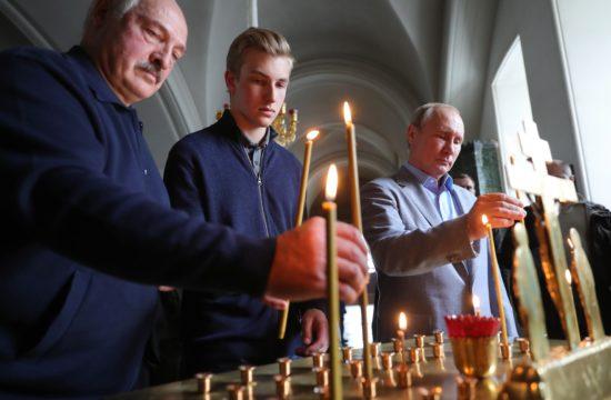 Alekszandr Lukasenko és Vlagyimir Putyin a valaami ortodox templomban gyújtanak gyertyát 2019. július 17-én #moszkvater