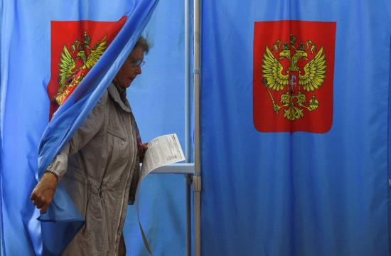 Egy szavazó lép ki a szavazófülkéből Novoszibirszkben az orosz helyhatósági választáson 2019. szeptember 8-án #moszkvater