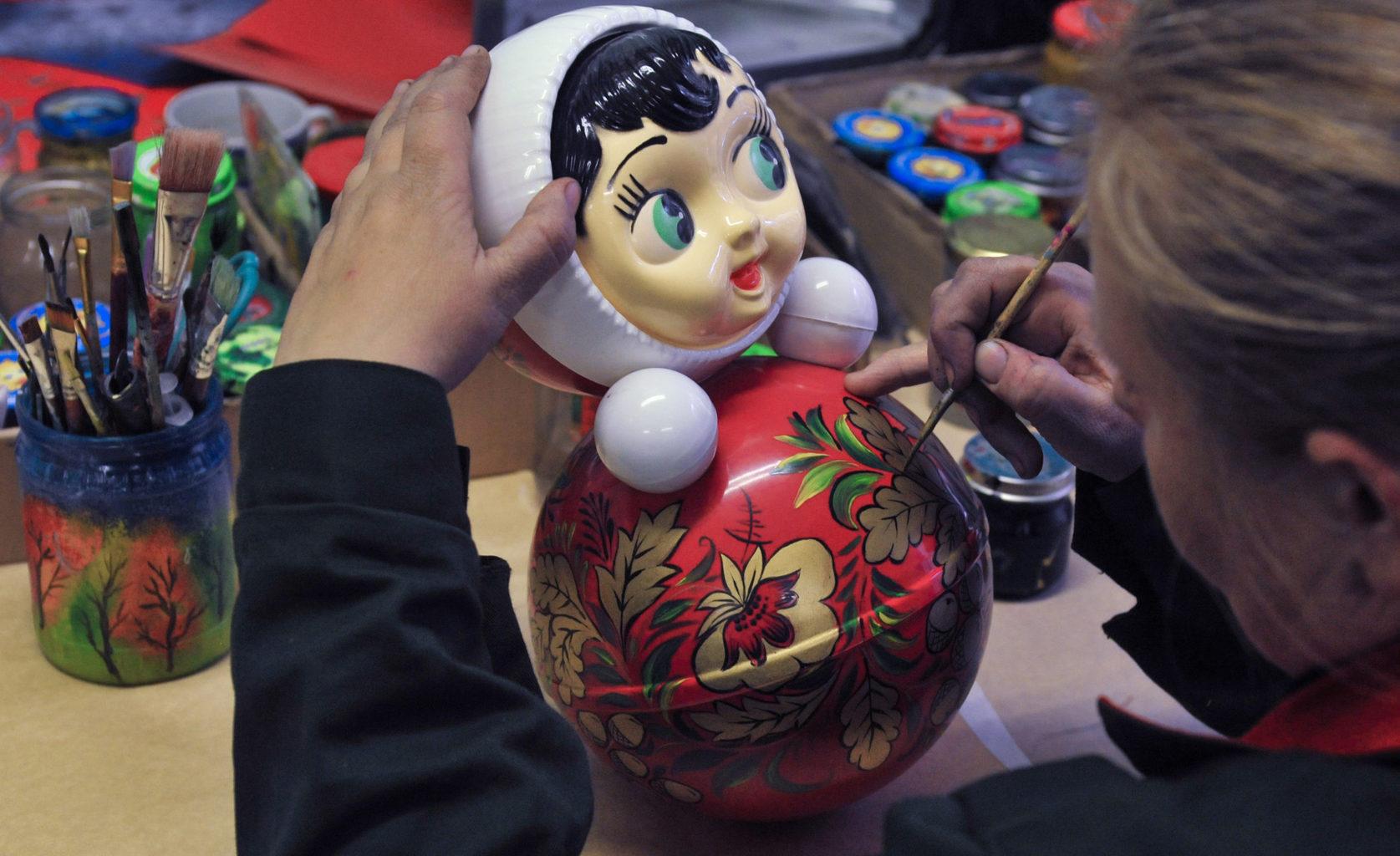 Játékbabát fest kézzel egy kisvállalkozás dolgozója Kotovszkban #moszkvater