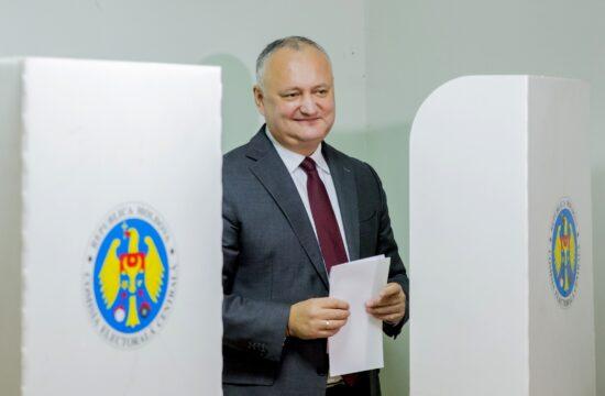 Igor Dodon államfő a 2019-es önkormányzati választásokon leadja a szavazatát Chisinauban #moszkvater