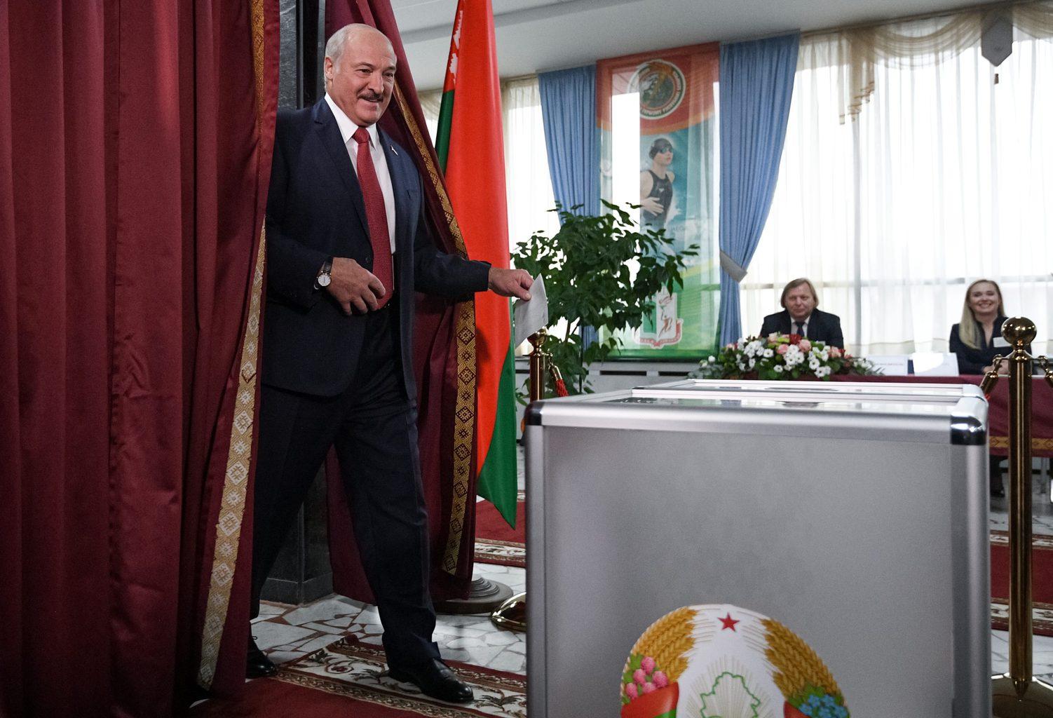 Alekszandr Lukasenko kilép a szavazófülkéből a Belarusz parlamenti választáson Minszkben, 2019. november 17-én #moszkvater