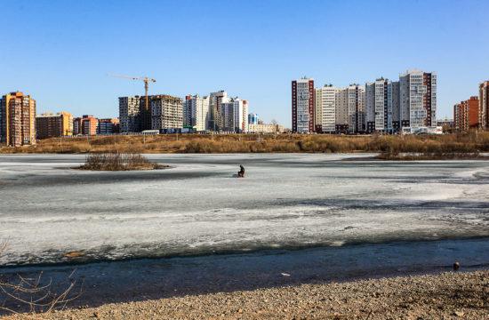 Egy férfi lékhorgászik az Angara jegén Irkutszkban 2020. április 16-án #moszkvater