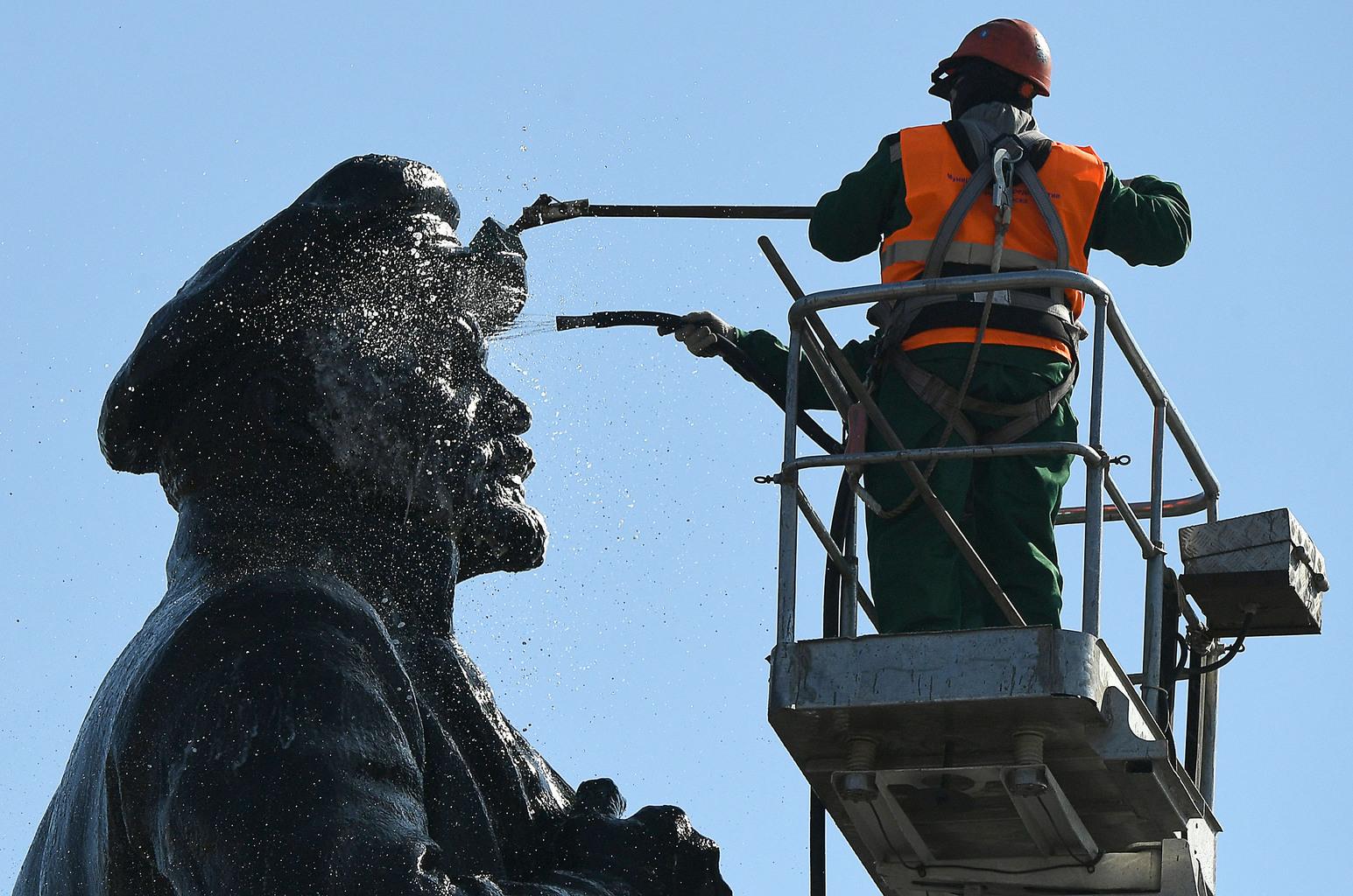 Munkások takarítják Krasznojarszkban a Lenin szobrot, készülve születésének 150-ik évfordulójára #moszkvater