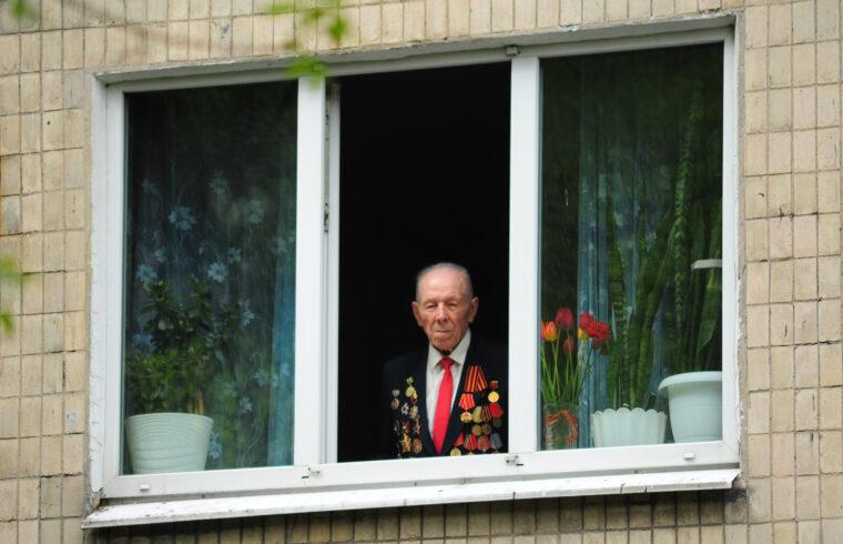 II. világháborús veterán nézi ablakából a győzelem 75. évfordulójáa alkalmából tartott ünnepséget Donyeckben 2020. május 9-én #moszkvater