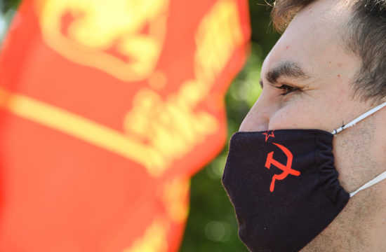 Sarlót és kalapácsot ábázoló maszkot viselő fiatal Moszkvában 2020. június 6-án #moszkvater