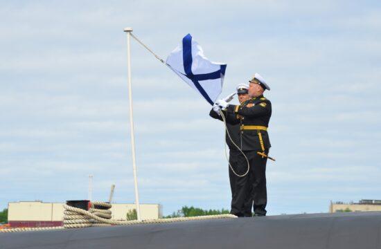 """Az orosz flotta zászlajának, az """"Andrejevkának"""" a felvonása a Knyaz Vlagyimir tengeralattjáró fedélzetén 2020. június 12-én #moszkvater"""