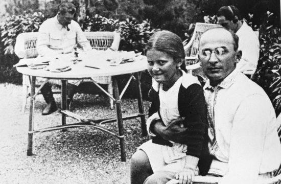 Berija ölében Sztálin leánya, Szvetlána. A háttérben Sztálin. 1931-et írunk #moszkvater