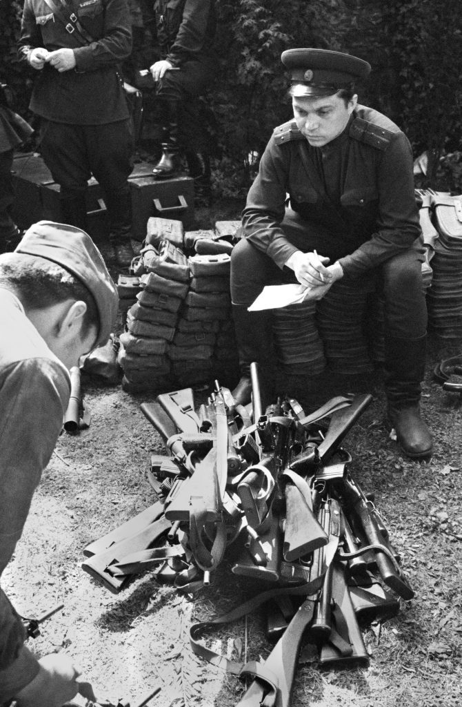 Szovjet tiszt egy prágai fegyverraktár felszámolásakor 1968 augusztusában #moszkvater