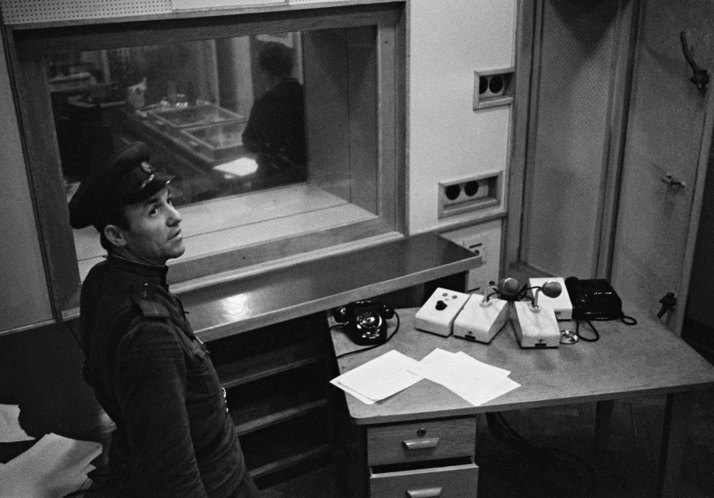 Szovjet tiszt egy titkos prágai rádió stúdiójában 1968 augusztusában #moszkvater