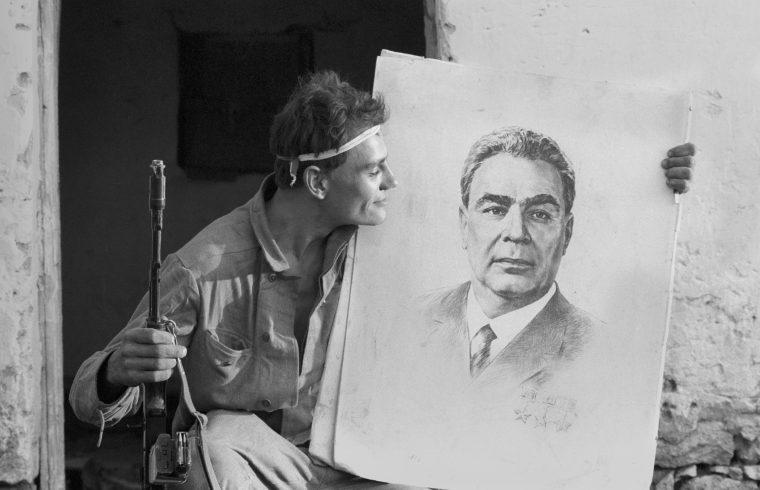 Egy férfi Leonyid Brezsnyev arcképével Karmiravanban, a Hegyi-Karabah köztársaságban 1992-ben