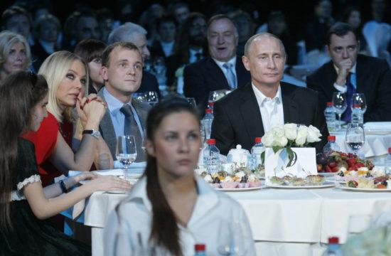 Ornella Muti, balra Vlagyimir Putyin orosz elnök társaságában egy szentpétervári jótékonysági vacsorán 2010. december 10-én #moszkvater