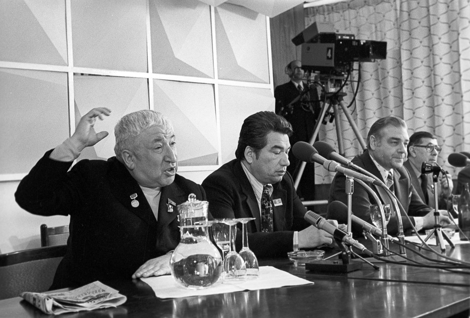 Raszul Gamzatov (balra), mellette Csingiz Ajtmatov egy sajtótájékoztatón 1976-ban #moszkvater