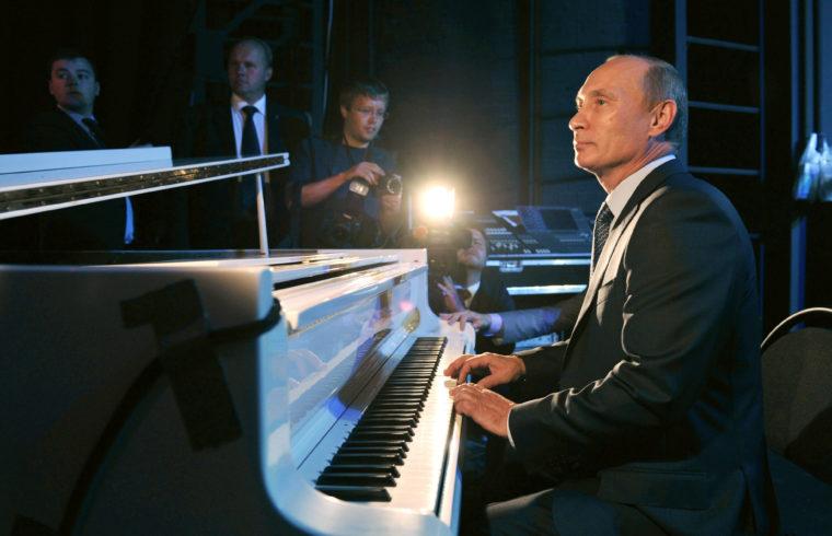 Vlagyimir Putyin a felújított moszkvai Nemzeti Színház átadásán zongorázik 2011-ben #moszkvater