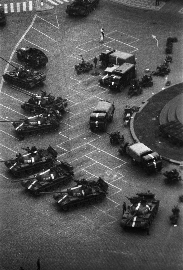Szovjet tankok Prága óvárosában 1968. augusztus 21-én #moszkvater