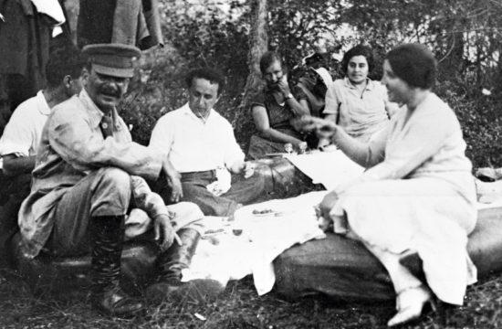 Sztálin piknikezik barátaival és feleségével 1921-ben #moszkvater