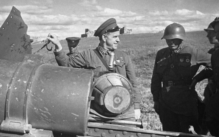 Georgij Zsukov a halhin-goli ütközetek során zsákmányolt japán löveggel 1939 júliusában #moszkvater