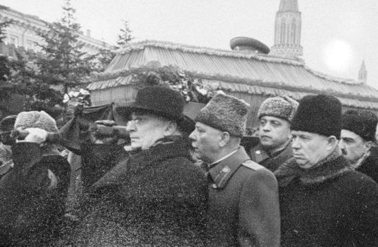 Sztálin temetésén a koporsót a Kommunista Párt vezetői vitték vállukon. Balról Berija, Vorosilov, Hruscsov, Mikojan és Szuszlov Fotó:EUROPRESS/AFP/Sputnik #moszkvater