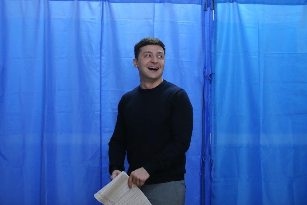 Volodimir Zelenszkij leadja szavazatát az ukrán elnökválasztás első fordulójában, egy kijevi szavazóhelyiségben 2019. március 31-én #moszkvater