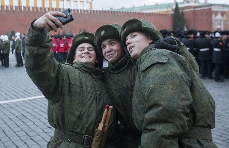 Orosz katonák szelfiznek a moszkvai Vörös téren 2014. november 7-én #moszkvater