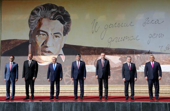 A Türk Tanács főtitkára Ramil Hasan, Ilham Aliyev azeri, Nursultan Nazarbayev kazah, Sooronbay Ceenbekov kirgiz, Recep Tayyip Erdogan török, Shavkat Mirziyoyev üzbég elnökök és Orbán Viktor magyar miniszterelnök és családi fotót készít a Türk Tanács 6. csúcstalálkozóján a Ruh Ordo Kulturális Központban, Cholpon Atá-ban, Kirgizisztánban, 2018. szeptember 3-án #moszkvater