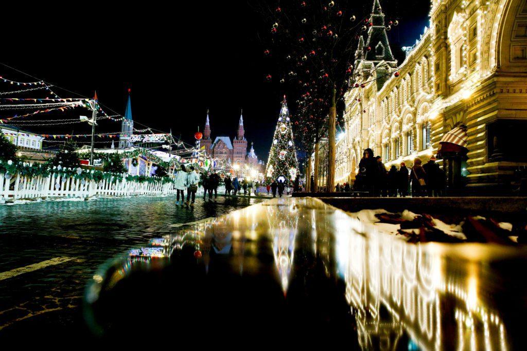 Karácsonyi fények a moszkvai Vörös téren, előtérben a GUM áruház portálja #moszkvater