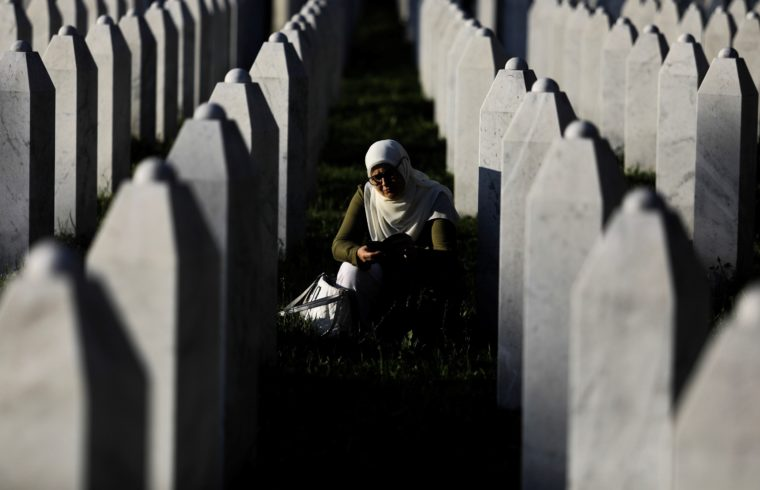 Egy asszony imádkozik a srebrenicai vérengzés emlékhelyén, a potocari temetőben 2019. július 10-én #moszkvater