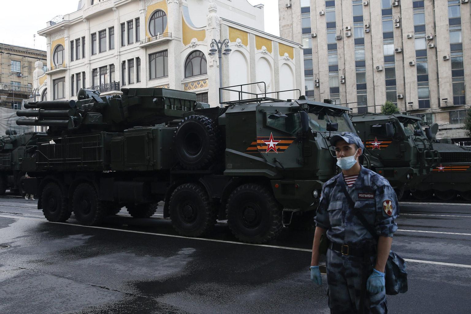 Pancir-SzM vonulása a parádé június 18-i főpróbájára. A hat rakétát tartalmazó baloldali rakétablokk bel felső sarkában látható az említett drónok és kisméretű légicélok elleni négy rakétát tartalmazó tubus #moszkvater