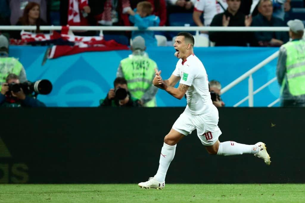 Granit Xhaka mutatja kezeivel az albán zászlón található sast a Szerbia - Svájc világbajnoki labdarúgó mérkőzésen Kalinyingrádban, 2018. június 22-én
