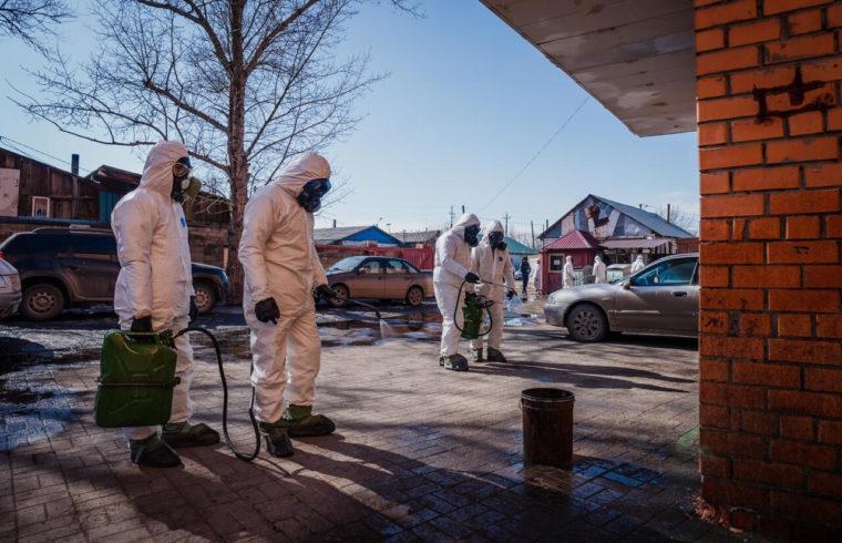 Fertőtlenítő csapat dolgozik Asztanában 2020. március 30-án. Asztana teljes területének fertőtlenítését elrendelték Kazahsztánban #moszkvater