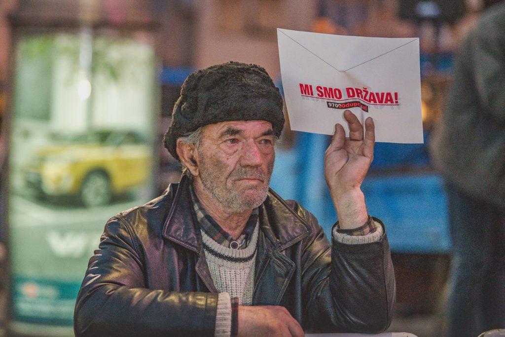 Egy tüntető borítékkal a kezében Podgoricában 2019. március 2-án #moszkvater