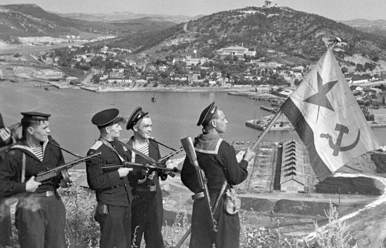 Szovjet katonák felhúzzák a haditengerészet zászlóját Port Arthurban #moszkvater