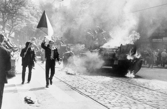 Lángoló szovjet tank a prágai utcán 1968-ban #moszkvater