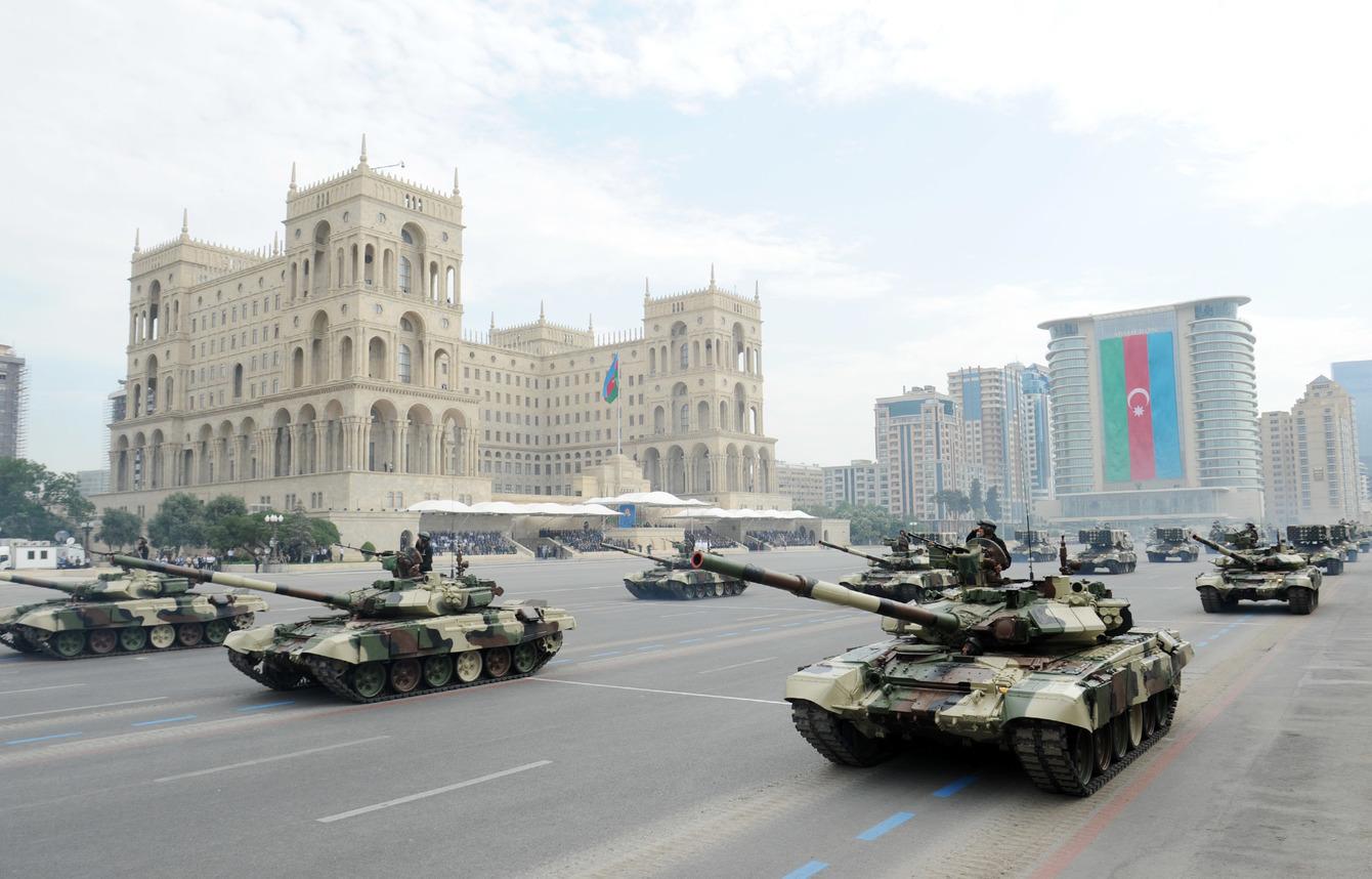 T-90Sz harckocsik és TOSz-1A Szolncepjok rakéta-sorozatvetők felvonulása az azeri fegyveres erők alapításának 95. évfordulóján Bakuban Forrás: Azeri Elnöki Sajtó és Információs Iroda #moszkvater