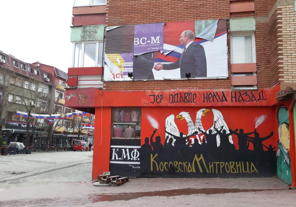 Mert innen nincs vissza – hirdeti egy grafitti Kosovska Mitrovica főterén #moszkvater