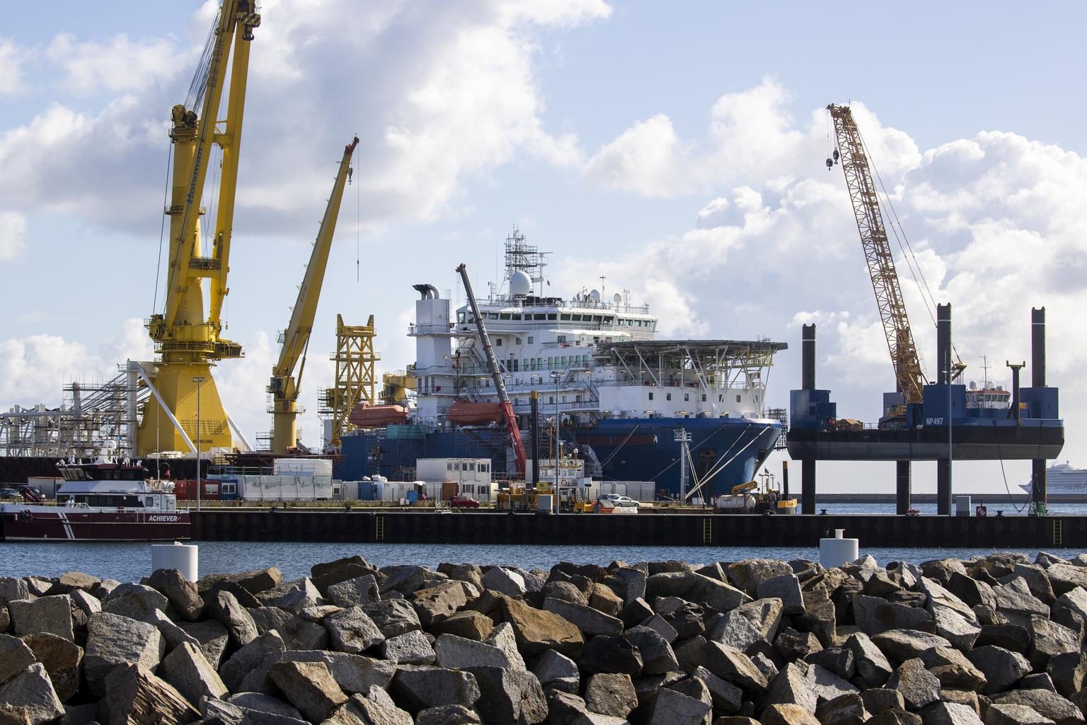 Az orosz Cserszkij akadémikusról elnevezett csőfektető hajó a sassnitz-i kikötőben, Németországban 2020. szeptember 7-én #moszkvater