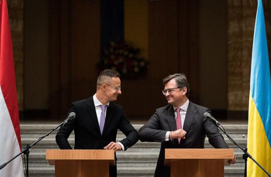 A Külgazdasági és Külügyminisztérium (KKM) által közreadott képen Szijjártó Péter külgazdasági és külügyminiszter (b) és Dmitro Kuleba ukrán külügyminiszter üdvözli egymást a megbeszélésük után tartott sajtótájékoztatón Ungváron, a Kárpátaljai Megyei Állami Közigazgatási Hivatal épületében 2020. szeptember 23-án #moszkvater