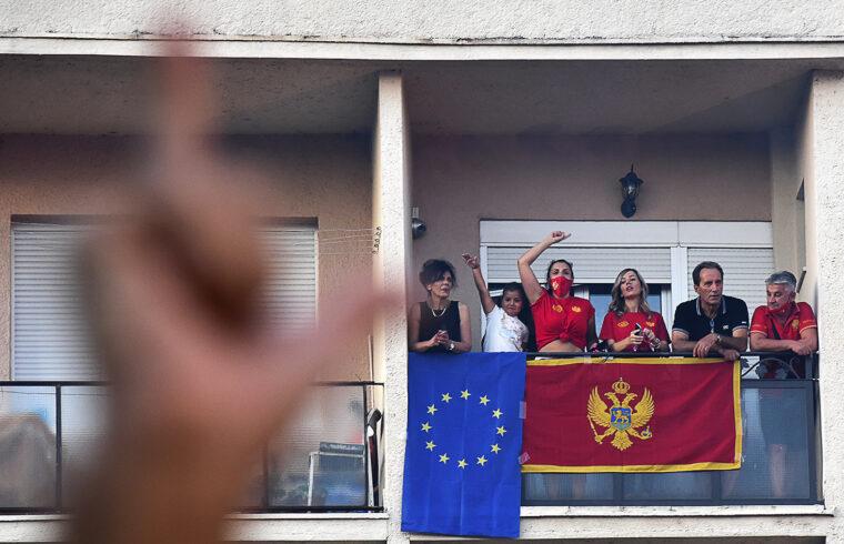 Az ellenzék győzelmét ünneplők egy podgoricai erkélyen a montenegrói választások napján 2020. szeptember 6-án #moszkvater