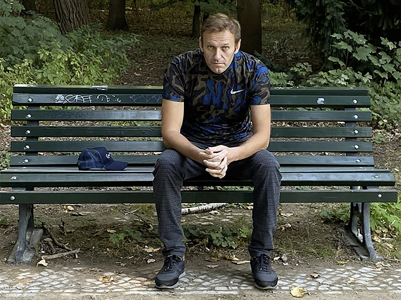 Alexander Navalnij 2020. szeptember 23-án Instagramra posztolt fényképén egy berlini padon ül #moszkvater