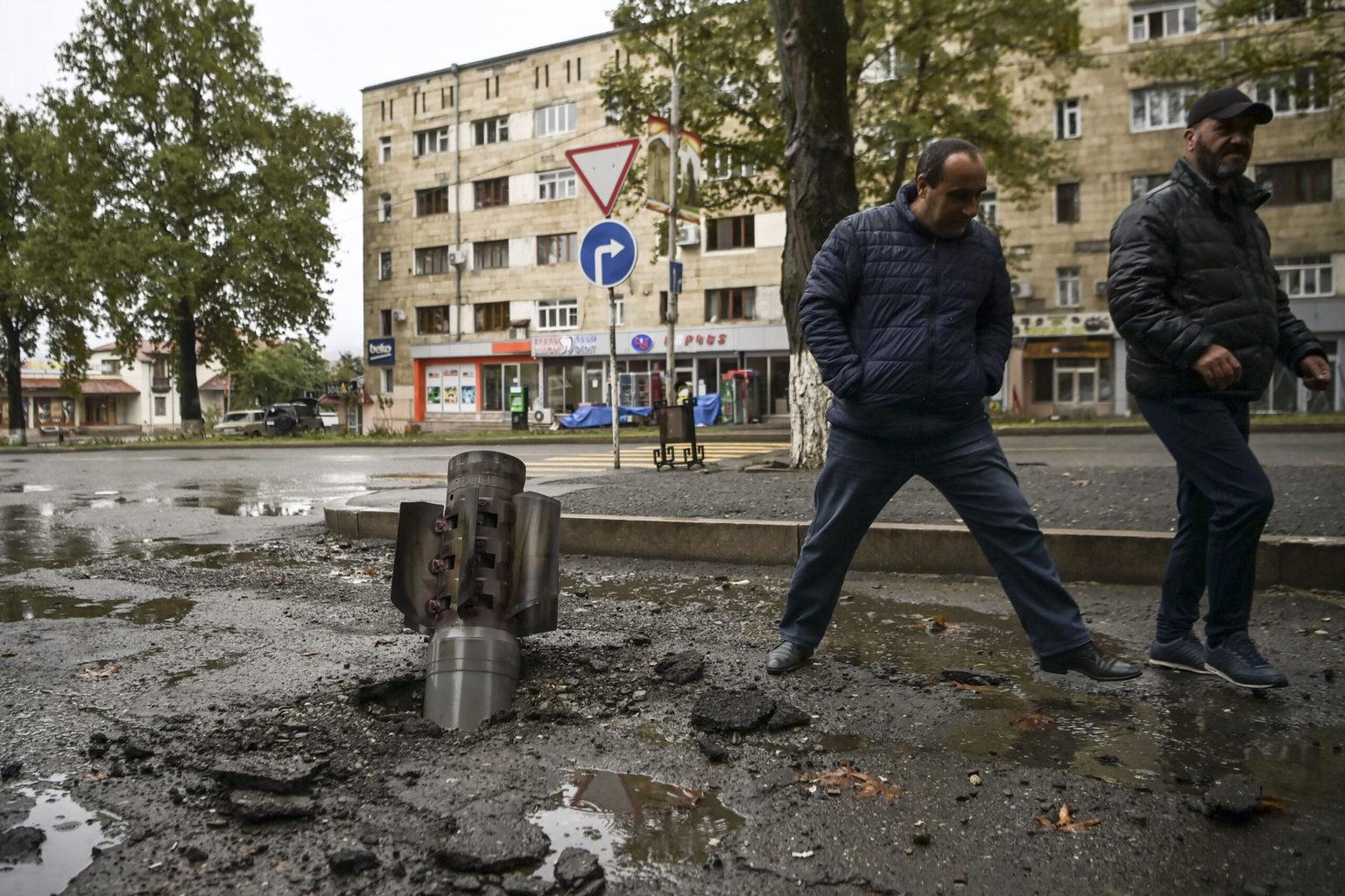 Férfiak egy fel nem robbant rakéta előtt Hegyi-Karabah-ban, Sztyepanakertben 2020. október 6-án #moszkvater